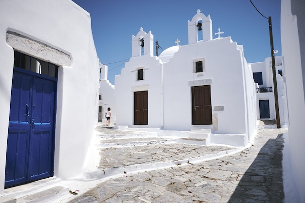 Piękne ujęcie ulicy w miejscowości chora na wyspie amorgos w grecji