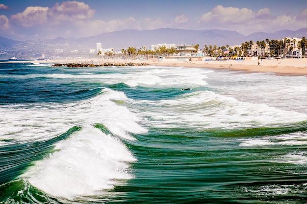 Piękne ujęcie venice beach z falami w kalifornii