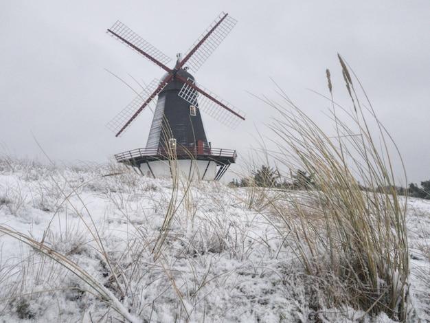 Piękne ujęcie wiatraka w środku zimowego pola