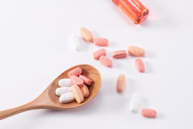 Piękne ujęcie wielu tabletek wapnia caltrate na drewnianej łyżce