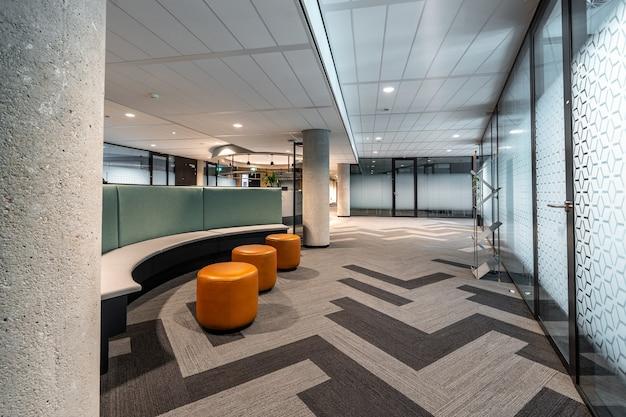 Piękne ujęcie wnętrza biurowego otwartej przestrzeni w nowoczesnym stylu