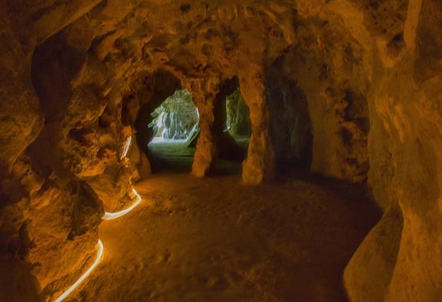 Piękne ujęcie wnętrza kamiennej jaskini w sintrze w portugalii