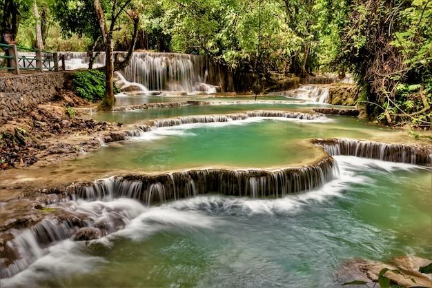Piękne ujęcie wodospadu kuang si w ban w laosie