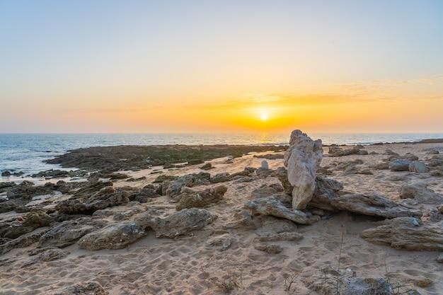 Piękne ujęcie wschodu słońca nad brzegiem morza w hiszpanii zahora