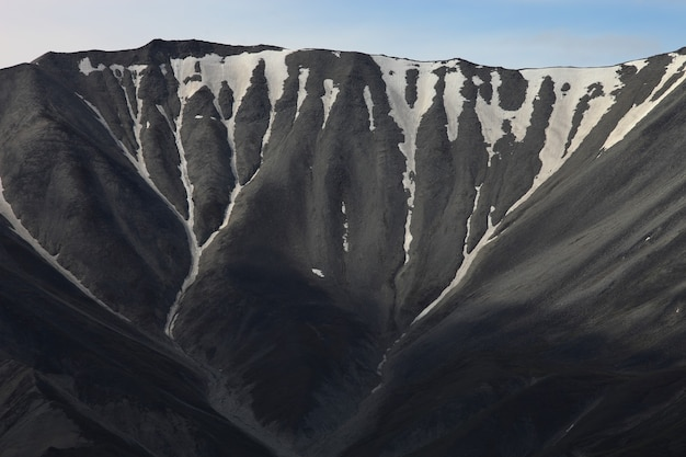 Piękne ujęcie wysokiego pasma górskiego pokrytego śniegiem na alasce