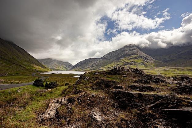 Piękne ujęcie wzgórz otaczających jezioro doo w hrabstwie mayo w irlandii