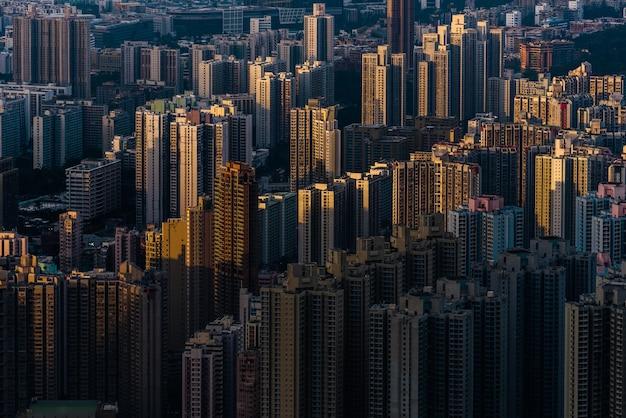 Piękne ujęcie z lotu ptaka budynków miejskich w świetle słonecznym