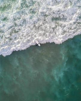 Piękne ujęcie z lotu ptaka fal oceanu z góry z lotu ptaka - idealna tapeta