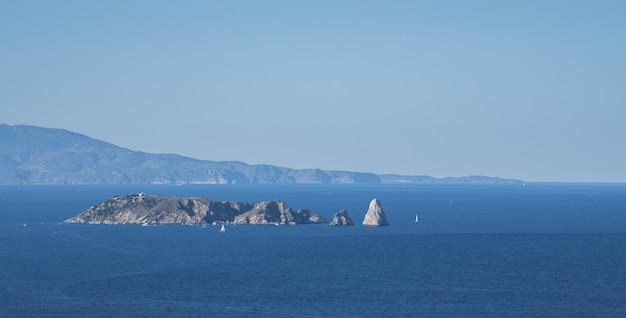 Piękne ujęcie z lotu ptaka wysp medes na morzu śródziemnym