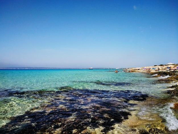 Piękne ujęcie z plaży na formenterze w hiszpanii
