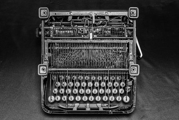 Piękne ujęcie z rocznika zabytkowej maszyny do pisania