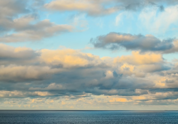 Piękne ujęcie zachmurzone niebo w oceanie