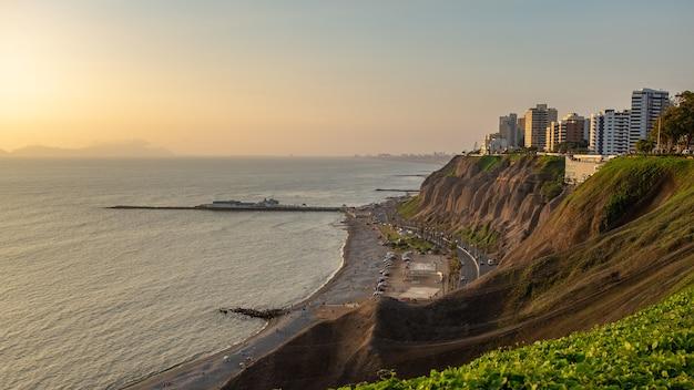 Piękne ujęcie zachodu słońca w mirador of lima city w okolicy miraflores