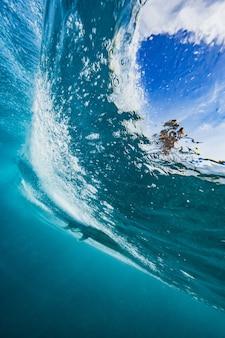 Piękne ujęcie załamującej się fali morza - idealne jako tło