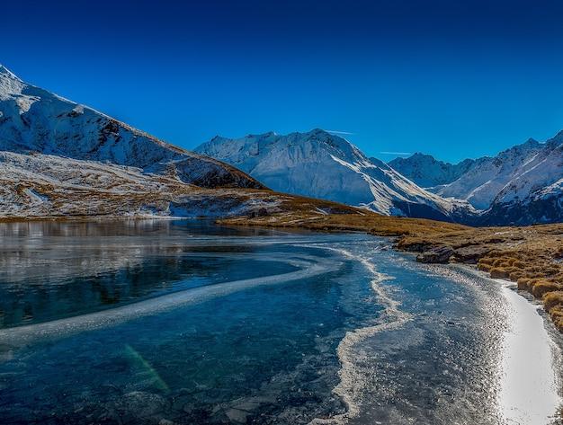 Piękne ujęcie zamarzniętego jeziora w górach