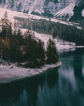 Piękne ujęcie zimowego krajobrazu nad jeziorem