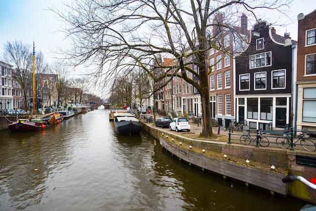 Piękne ulice, mosty i kanały w słynnym mieście amsterdam w holandii