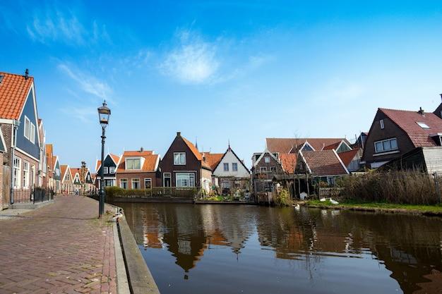 Piękne uliczki w wiosce rybackiej volendam w holandii