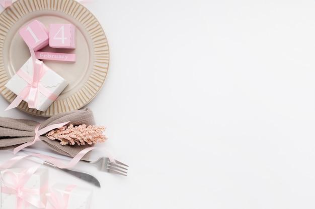Piękne ustawienie stołu widok z góry na walentynki na białym tle
