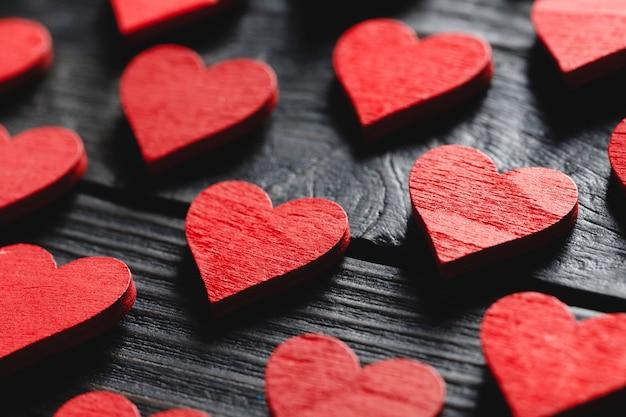 Piękne walentynki z drewnianymi czerwonymi sercami na czarno