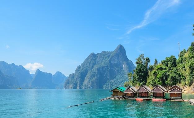 Piękne wapienne pasma górskie i atrakcje przyrodnicze w parku narodowym khao sok w prowincji surat thani w tajlandii