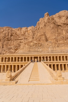 Piękne wejście do grobowej świątyni hatszepsut w luksorze. egipt