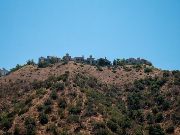Piękne widoki domów na zboczu wzgórza w los angeles w lecie.