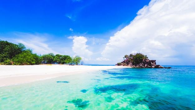 Piękne widoki na morze andamańskie, czystą zieloną wodę, białą piaszczystą plażę i błękitne niebo