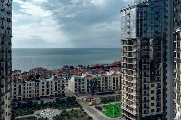 Piękne widoki na morze i budynki mieszkalne