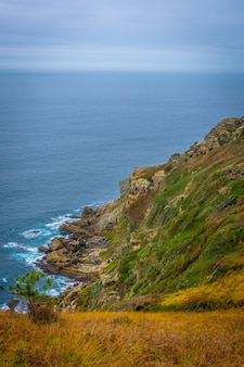 Piękne widoki na morze z góry ulia w mieście san sebastian, gipuzkoa