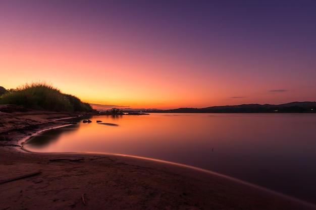Piękne widoki na rzekę mekong o zachodzie słońca wieczorem