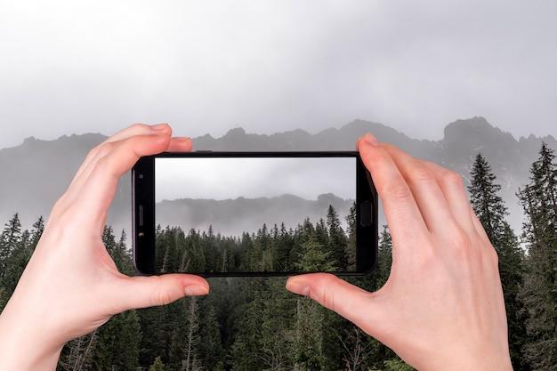 Piękne widoki na tatry we mgle jesienny dzień
