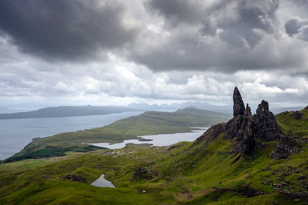 Piękne widoki na zielone wzgórza storr z jeziorami i morzem. wyspa skye. szkocja