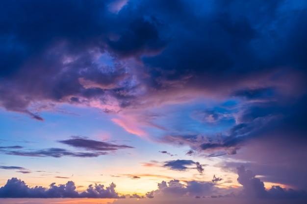 Piękne wieczorne niebo z chmurami, zachód słońca, abstrakcyjne niewyraźne niebo.