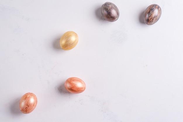 Piękne wielkanocne srebrne i złote jajka na marmurowym stole