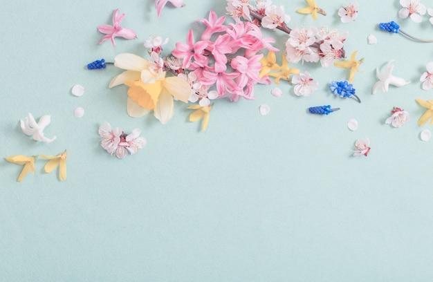 Piękne wiosenne kwiaty na tle papieru