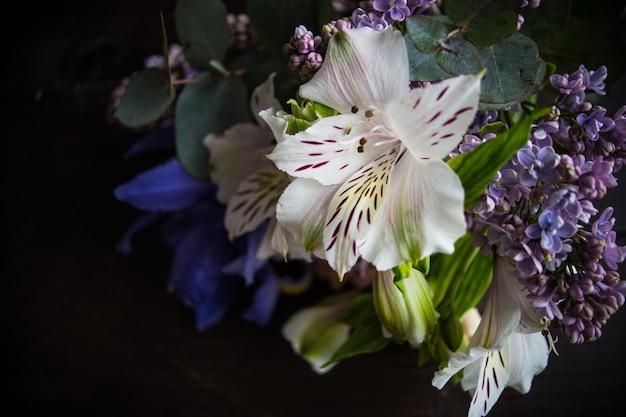 Piękne wiosenne kwiaty w bukiecie