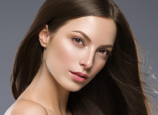 Piękne włosy kobieta długa brunetka włosy beuty skóry makijaż. strzał studio.