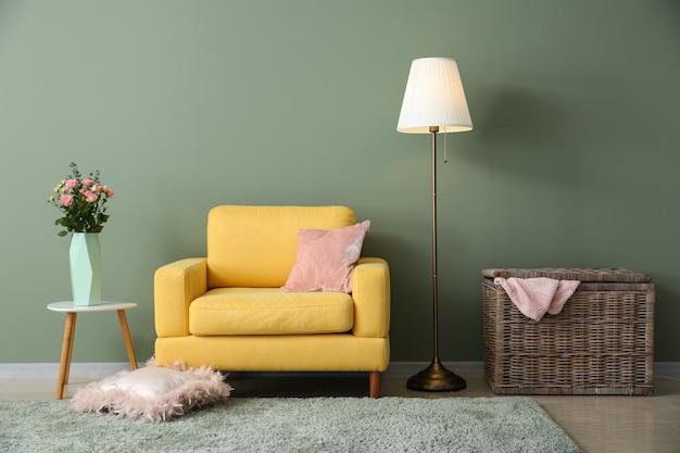 Piękne wnętrze pokoju z wygodnym fotelem
