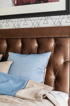 Piękne wnętrze sypialni. drogie wygodne łóżko z wysokim zagłówkiem