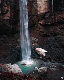 Piękne wodospady jesienią. zobacz w strumieniu