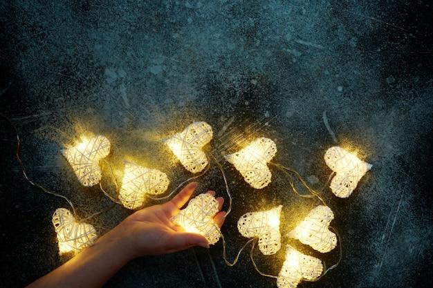 Piękne wróżki w kształcie serca świecące w dłoni