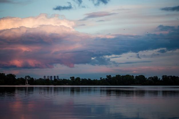Piękne, wspaniałe chmury o zachodzie słońca na niebie
