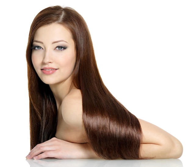 Piękne wspaniałe długie proste włosy młodej seksownej kobiety - biała przestrzeń