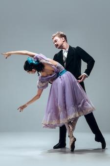Piękne Współczesne Tancerki Towarzyskie Na Szarej ścianie Studia Premium Zdjęcia