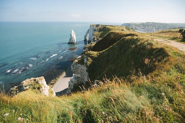 Piękne wybrzeże i alabastrowa zatoka klifu etretat we francji