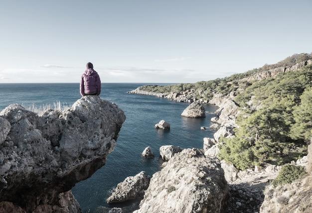 Piękne wybrzeże morskie w turcji. niesamowite naturalne krajobrazy wzdłuż szlaku turystycznego lycian.