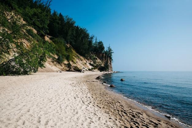 Piękne wybrzeże morza bałtyckiego. gdynia, polska. naturalne tło