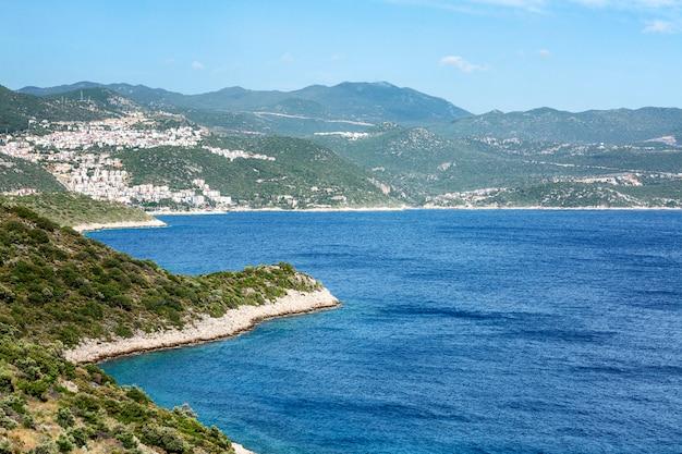 Piękne wybrzeże morza z górami. wspaniały spokojny krajobraz.