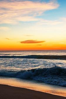 Piękne wybrzeże o wschodzie słońca
